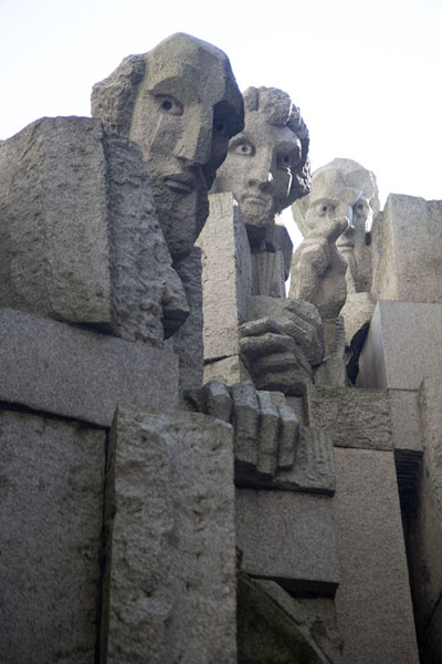 Photo de Three priests sculpted in the  monument - Bulgarie - Europe