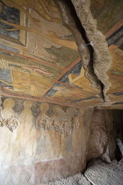 A wide crack runs through the ceiling and frescoes of the Holy Virgin rock church of Ivanovo | Rotskerk van Ivanovo | Bulgarije