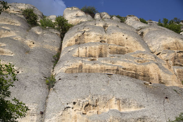 Foto de Looking up the entire rockface with the Madara rider clearly visible at the bottom of the pictureMadara - Bulgaria