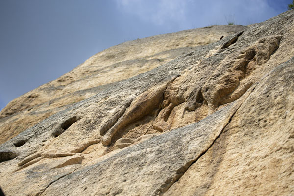 Foto de Looking up the face of the rock with the Madara rider clearly visibleMadara - Bulgaria