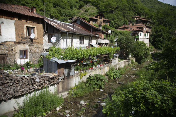 Photo de Houses lining the riverfront of PirinPirin - Bulgarie