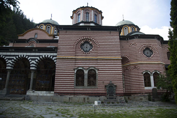 Foto van Side view of the main church of Rila MonasteryRila - Bulgarije