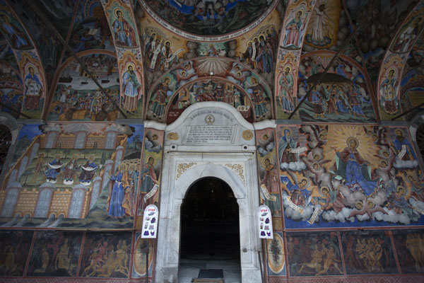 Foto van The entrance of the main church with its richly decorated walls and ceilingRila - Bulgarije