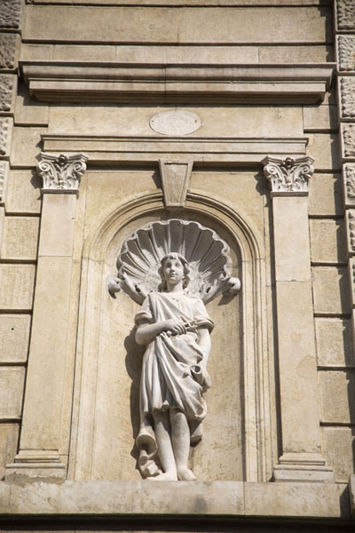 Statue in a niche in one of the classical buildings of Ruse | Roese | Bulgarije