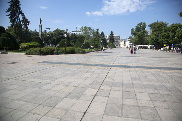 Trees and a Libtery monument, and surrounded by elegant buildings: Freedom Square is the navel of Ruse - 保加利亚 - 欧洲