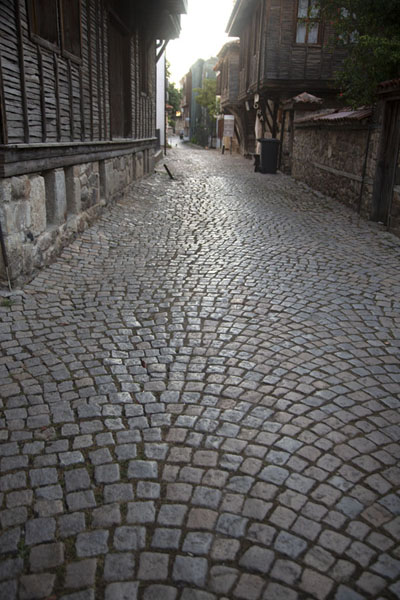 Foto van Cobble-stone street in Sozopol lined by wooden housesSozopol - Bulgarije