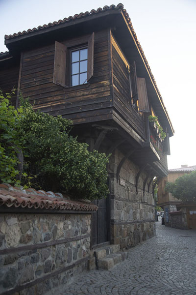Photo de Stone base, wooden upper floor: traditional house in SozopolSozopol - Bulgarie