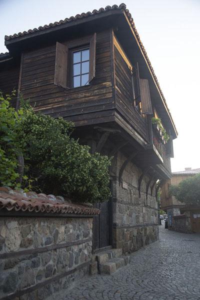 Foto van Stone base, wooden upper floor: traditional house in SozopolSozopol - Bulgarije
