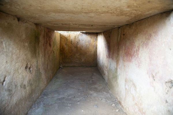 A tomb which is freely accessible at Sveshtari | Tumba tracia de Svechtari | Bulgaria