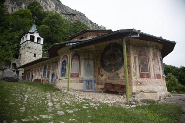 The monastery is built on the flanks of the mountains | Monastère de la Transfiguration | Bulgarie