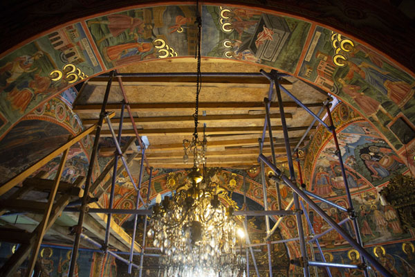 Foto van The ceiling of the church inside the monastery with scaffoldingTransfiguration monastery - Bulgarije