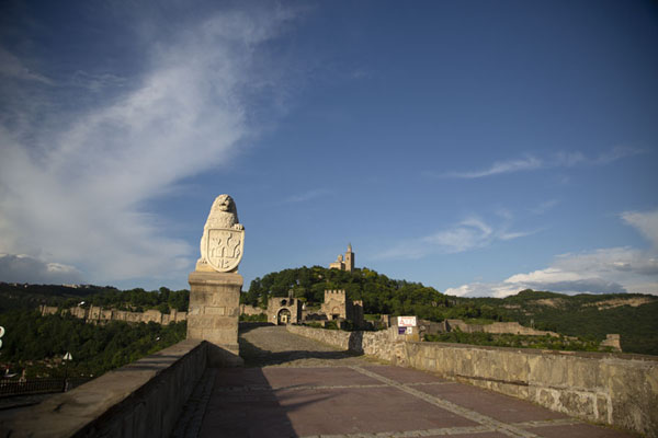 View of Tsarevets fortress from the main entrance | Fortezza Tsarevets | Bulgaria