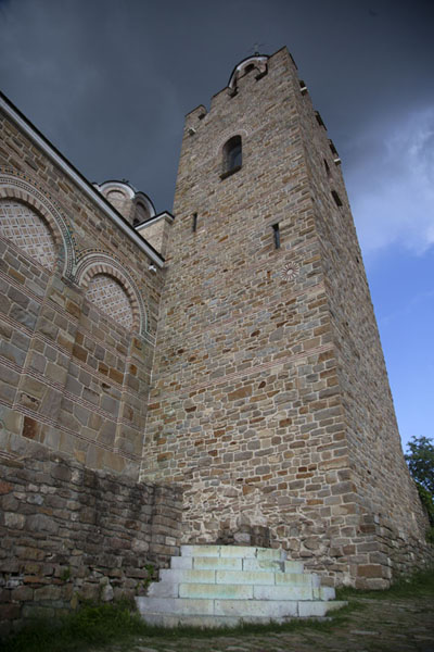 Foto van The bell-tower of the Cathedral of the Ascension of the Lord against a dark skyVeliko Tarnovo - Bulgarije