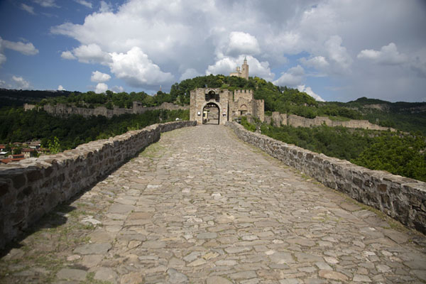 Foto van View of Tsarevets fortress from the main entranceVeliko Tarnovo - Bulgarije