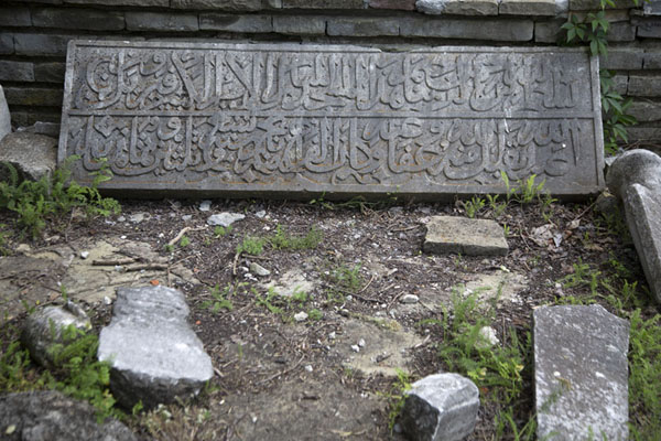 Foto van Turkish tombstone in an abandoned cemetery on the fortress groundsVeliko Tarnovo - Bulgarije