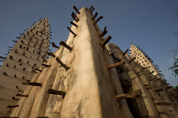 Foto di Looking up the corner of the Dioulassoba mosque of Bobo-Dioulasso - Burkina Faso - Africa