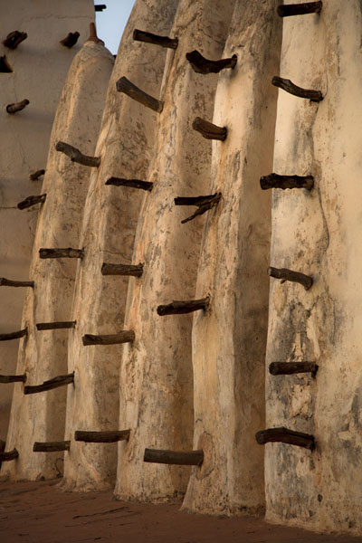 Foto di Ribs and wooden beams at the eastern side of the Dioulassoba mosque of Bobo-Dioulasso - Burkina Faso - Africa