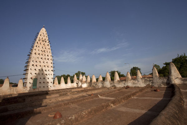 View of the main minaret seen from the rooftop of the Dioulassoba mosque | Mosquea di Dioulassoba | Burkina Faso