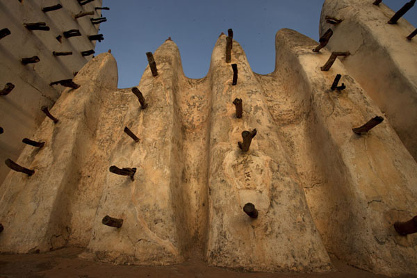 Looking up the ribs of the outer wall of the Grande Mosquée of Bobo-Dioulasso | Dioulassoba Mosque | 布基纳发首