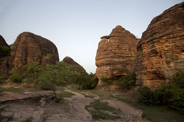 Foto de Rock formations with open space and trees in the middle - Burkina Faso - Africa