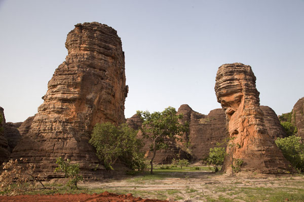 Pillars rising out of a plain at the Domes of Fabedougou | Volte di Fabedougou | Burkina Faso