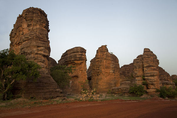 Foto van Burkina Faso (Sunset setting the rocky domes of Fabedougou on fire)