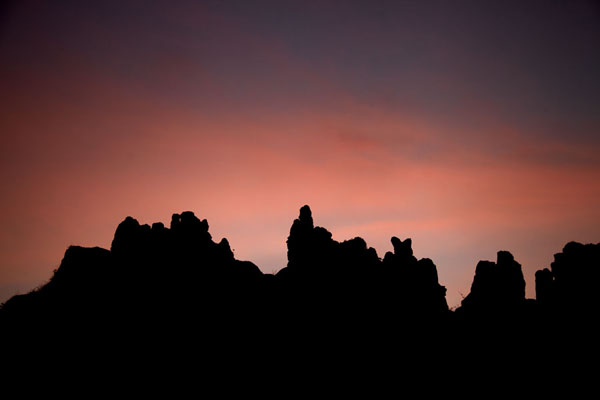的照片 Silhouettes of Sindou Peaks at sunrise - 布基纳发首