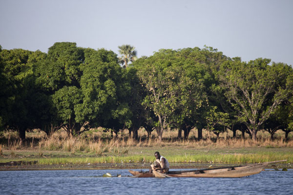 Foto van Lake Tengrela with fisherman in pirogueTengrela - Burkina Faso