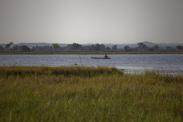 Photo de Fisherman in pirogue on Tengrela Lake - Burkina Faso - Afrique