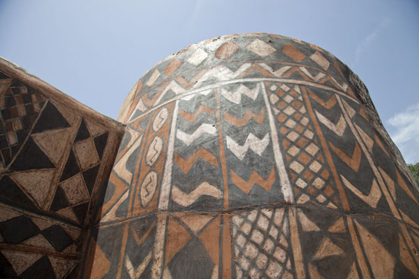 Foto de Burkina Faso (Looking up a circular painted house in Tiébélé)