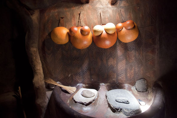 Foto de Burkina Faso (Calebas and grinding stones in the kitchen with a painted wall)