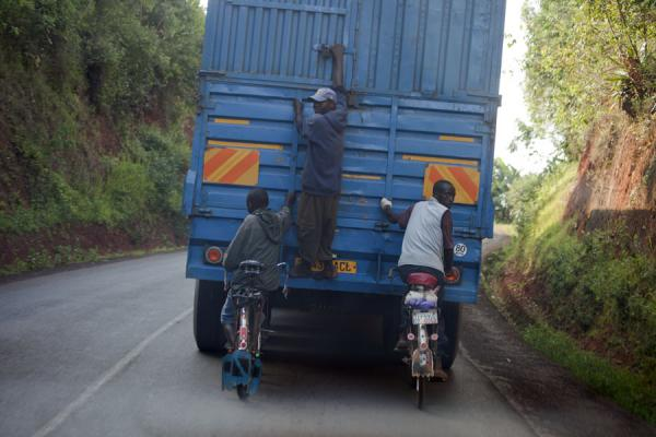 Foto di Cyclists using a truck to go uphillBurundi cyclists - Burundi