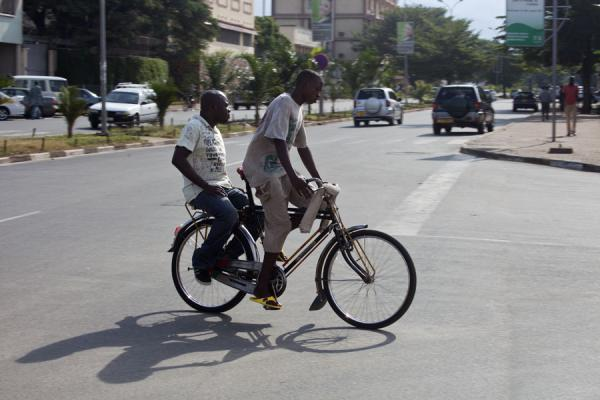 Foto van Giving someone a ride on a bikeBurundi cyclists - Burundi