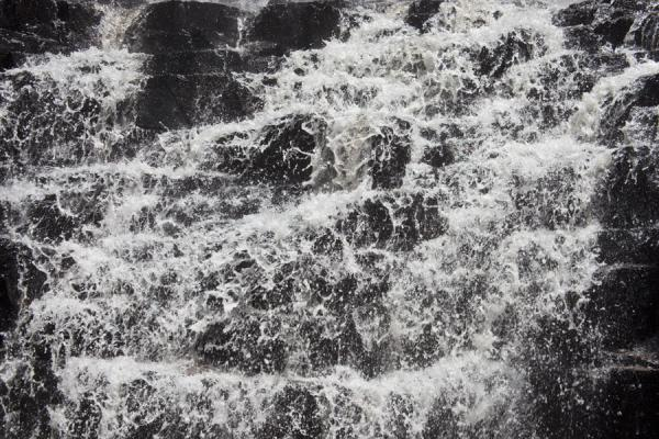 Close-up of water rushing over rocks | Chutes de la Karera | 薄隆地
