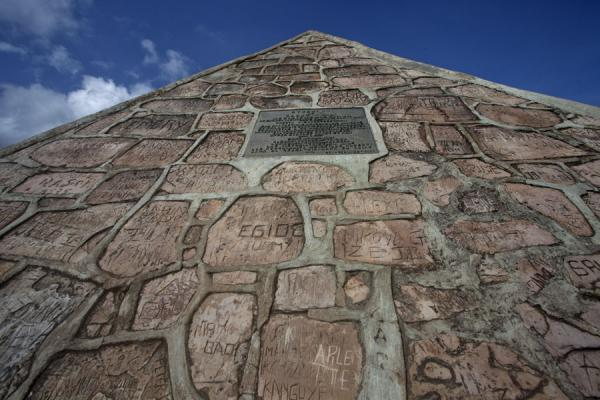 Foto di Pyramid with plaque erected by Dr. Burkhart, the discoverer of the source of the NileTeotihuacan - Burundi