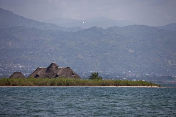 The shoreline of Lake Tanganyika seen from Saga beach | Saga Beach | 薄隆地