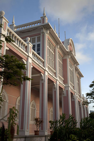 The Palácio do Povo of Mindelo can be found in a colonial building | Mindelo | Kaap-Verdië