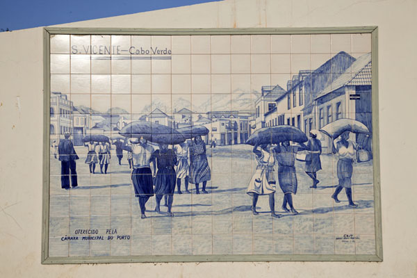 Foto de One of the many scenes depicted on blue and white tiles at the market of MindeloMindelo - Cabo Verde