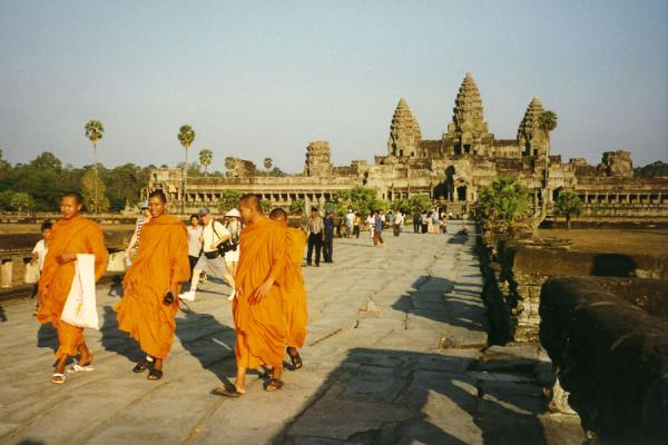 Foto van Monks walking near the main temple of Angkor WatAngkor Wat - Cambodja