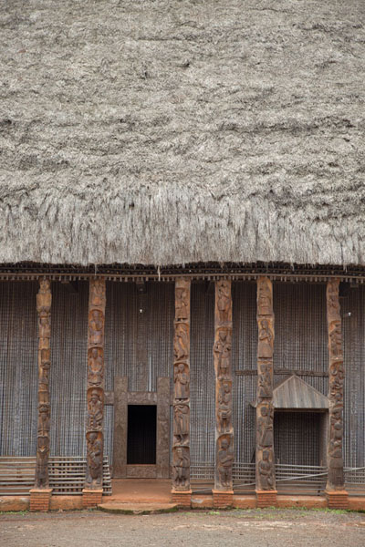 Frontal view of the Case with entrance, place for the throne of the sultan and the columns | Bandjoun chefferie | Cameroon