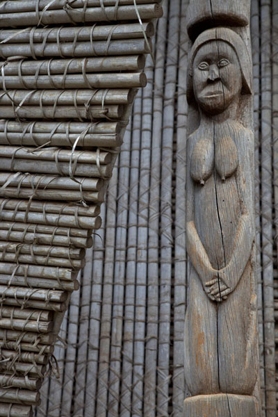 Column with woman supporting the roof of one of the houses of the chefferie | Bandjoun chefferie | Cameroon