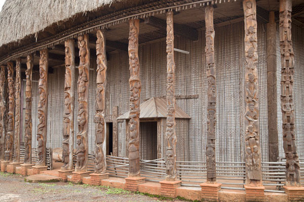 The richly decorated columns of the Case | Bandjoun chefferie | Cameroon