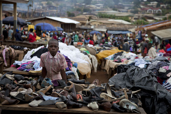 Boy at a shoe stall of Nkombe market | Kameroenezen | Kameroen