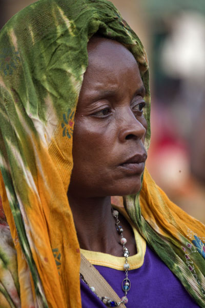 Serious look of a market lady in Foumban | Kameroenezen | Kameroen
