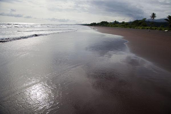 Looking west over the beach of Batoke | Limbe en Batoke stranden | Kameroen