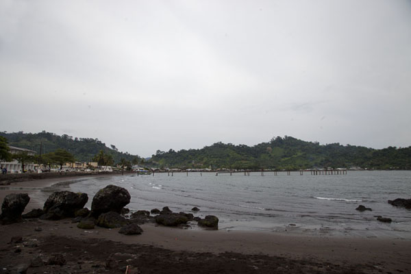 The bay of Limbe with black sand | Limbe en Batoke stranden | Kameroen