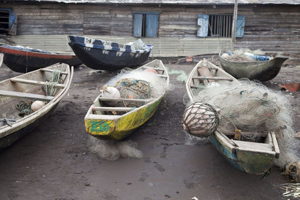 Some of the pirogues on the beach of Limbe | Limbe en Batoke stranden | Kameroen