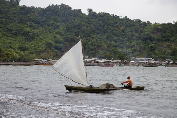 Foto van Fisherman arriving on Limbe beach with a sailing pirogue - Kameroen - Afrika