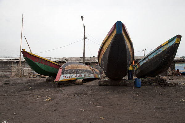Pirogues, wooden canoes, on the beach of Limbe | Limbe en Batoke stranden | Kameroen