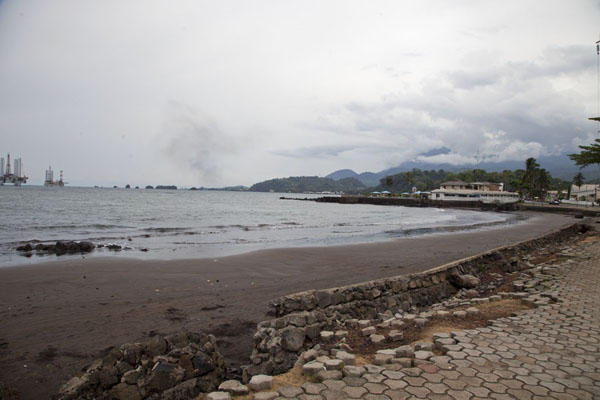 The promenade of Limbe beach has seen better days | Limbe en Batoke stranden | Kameroen